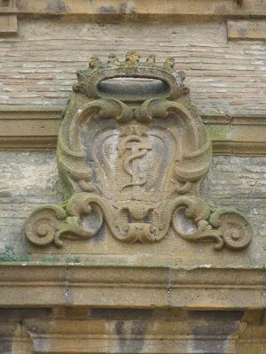 Stemma croce avvolta da serpente SS. Crocifisso di Piazza Armerina